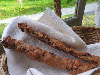 全粒粉100%くるみレーズン?スティック(2本入り)。「幸せー」、なひと時にぴったりの、おいしさと食べやすさ。(天然酵母です)Whole grain flour 100% walnut raisin ? stick (2 pieces)全麥100%核桃葡萄