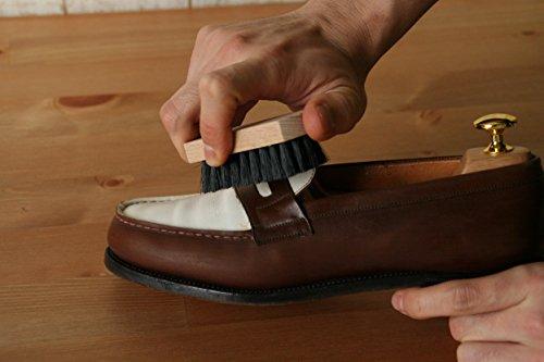 まずは、革靴のお手入れの中で重要な部分を占める「靴ブラシ」。ブラッシングによって汚れやホコリを落とし、保湿用クリームをまんべんなく行き渡らせる仕上げにも大事な役割を果たします。