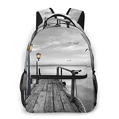 DJNGN Mochila informal con estampado de muelle de playa en blanco y negro, mochila clásica para viajar con bolsillos laterales para botellas