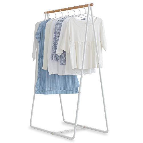 日常的にハンガーラックとしても使える、「アイリスオーヤマ」の洗濯物干しラック。どんなテイストのお部屋にもマッチする、シンプルでおしゃれな雰囲気ですよね。