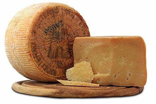 Il Canestrato di Moliterno è un formaggio ovicaprino a pasta dura, prodotto per il 70-90% con latte intero di pecora e di capra. Ha una forma è cilindrica e un diametro di circa 20 centimetri e un'altezza tra i 10 e 15 centimetri. Il peso può variare...