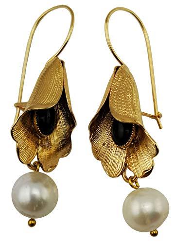 Pendientes vintage Mokilu' de flor de latón con oro de 24 quilates efecto oro antiguo, con cierre de gancho y cierre de anzuelo. Dos piedras cabujón negro de ónix y dos perlas naturales