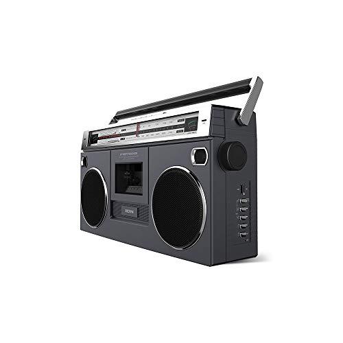 Boombox Portátil Retro Street Rocker Ion ISP112 – Toca Fita Cassete, Rádio AM/FM com Transmissão sem Fio e Entradas USB, SD e AUX - 110V, Pequeno, ION_