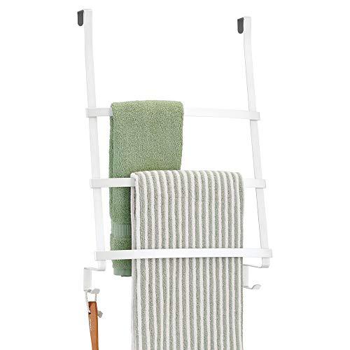mDesign Colgador de toallas para puerta – Toallero escalera para colocar en el baño sin tornillos – Moderno organizador colgante con tres barras y dos ganchos para colgar – blanco