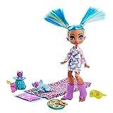 Cave Club Tella Fiesta de Pijamas Muñeca con moda para dormir, mascota de juguete y accesorios (Mattel GTH06)