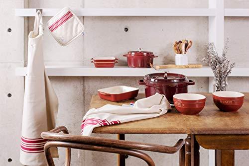 ストウブには、ストウブ鍋をすっぽり包むように拭けるキッチンクロスや、ストウブ鍋をしっかりホールドできる鍋つかみなどテキスタイルもいろいろ用意されています。