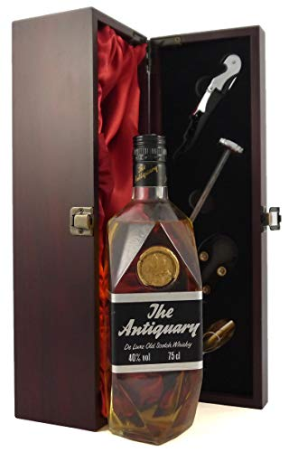 The Antiquary De luxe Old Scotch Whisky (1970's) in einer mit Seide ausgestatetten Geschenkbox. Da zu vier Wein Zubehör, Korkenzieher, Giesser, Kapselabschneider,Weinthermometer, 1 x 700ml