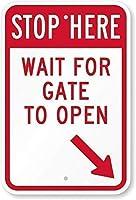 アルミメタルノベルティ危険サインインチ、ここで停止-ゲートがサインを開くのを待つ、ホームバーダイナーパブヴィンテージルックファニーメタルティンサインのポスターアルミサイン装飾