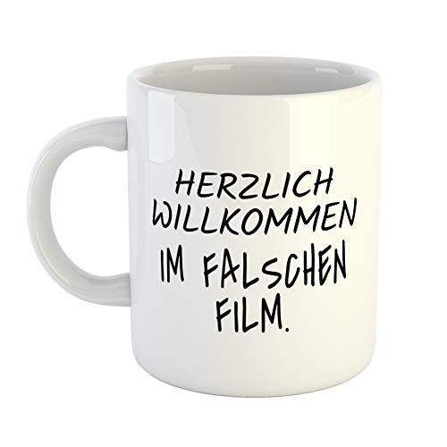 HELLWEG DRUCKEREI Kaffeetasse Motiv - Herzlich Willkommen im falschen Film. Geschenk Idee für Frauen und Männer Weißer Keramik 330ml Kaffee-Becher mit Spruch für Freunde und Kollegen