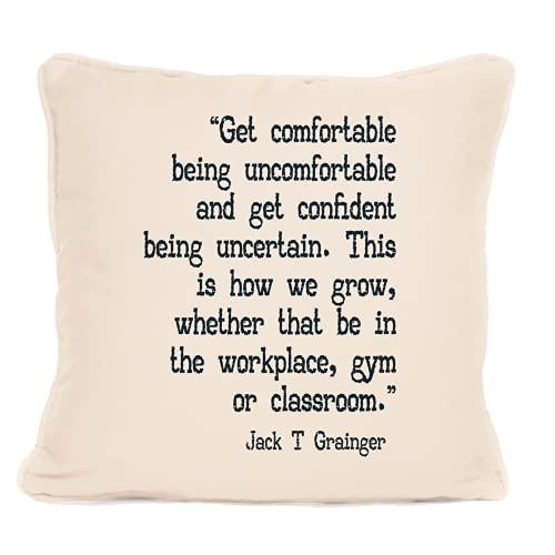 Jack T Grainger - Cojín con frase 'Get Comfortable Being Incomfortable ' con almohadilla, la mejor almohada - Ideas de regalo para Navidad, cumpleaños o cualquier otra ocasión - 45,7 x 45,7 cm