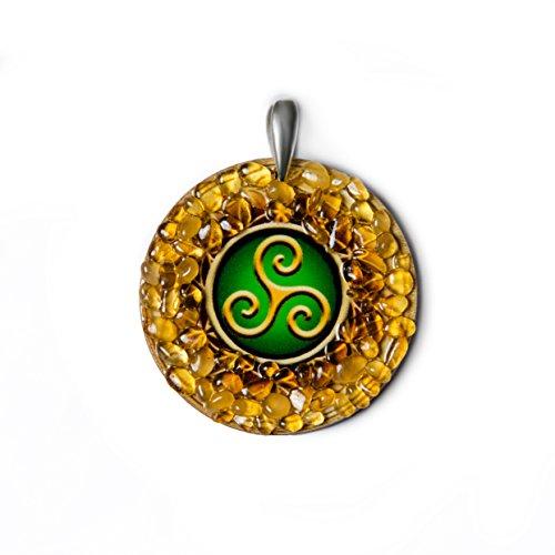 Celta trisquel colgante Charm de ámbar amuleto hecho a mano–espiritual, nueva Era, Celta joyas regalo