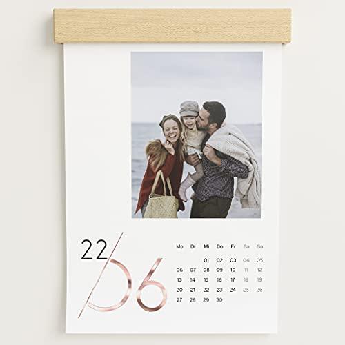 sendmoments Fotokalender 2022 mit dekorativer Holzblende & Veredelung in Roségold, Jahreskalender, Wandkalender mit persönlichen Bildern, Kalender für Digitale Fotos, Spiralbindung, DIN A4 Hochformat
