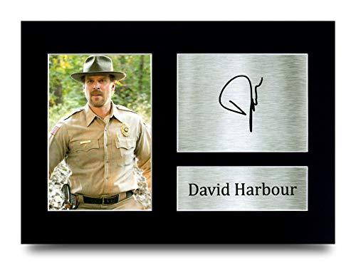 "HWC Trading Imagen de autógrafo firmada con texto en inglés ""David Harbour Stranger Things, Jim Hopper Gifts para fans de la TV – A4"
