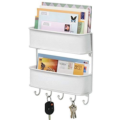 mDesign Schlüsselbrett mit Ablage – vielseitiges Schlüsselboard aus Metall mit Akzenten aus Kunststoffgeflecht – mit 2 Briefablagen für Post und Magazine – Weiß