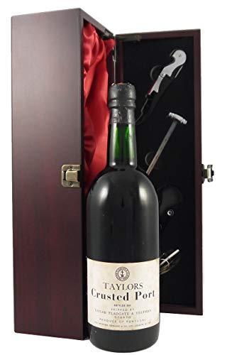 Taylor's Crusted Port 1974 en una caja de regalo forrada de seda con cuatro accesorios de vino, 1 x 750ml
