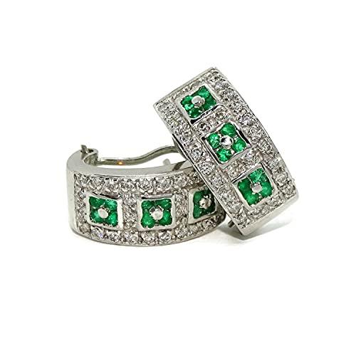 Impresionantes pendientes para mujer con 28 diamantes auténticos y 12 esmeraldas montados en oro blanco de 18k con cierre omega. Peso; 8.70gr de oro de 18k.