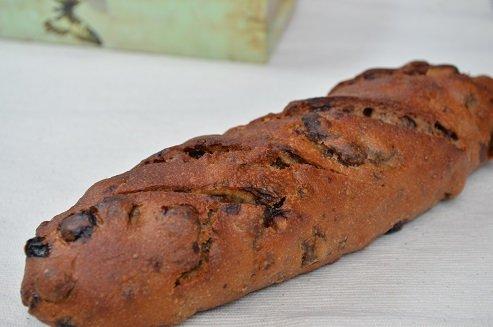 全粒粉100%くるみレーズンパン。 ※ずっしり重い、たっぷりのくるみとレーズン。 当店自慢の人気商品です。(天然酵母です) whole wheat 100% bread containing walnut and raisin 全麥100%核桃葡萄乾?包