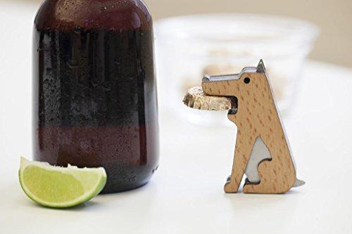 お利口そうなワンちゃんがくわえているのは、瓶のふた!ピーチウッドでできた体は、犬の毛並みのようにも見えてかわいらしいです。