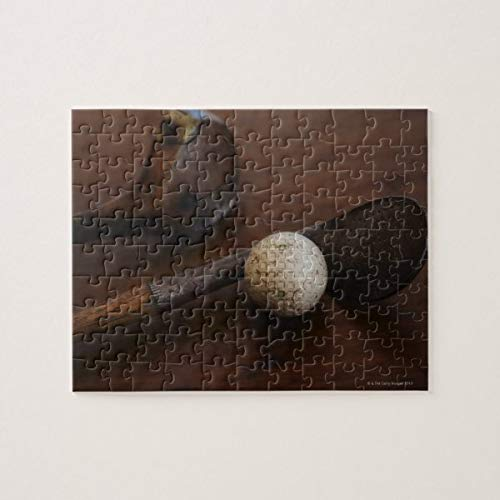 Cerca de palos de golf antiguos y rompecabezas de pelota de