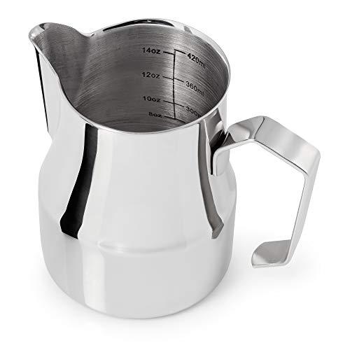 Premium Milchkännchen 500ml (Skala 300ml - 420ml) aus rostfreiem Edelstahl für den perfekten Milchschaum in Barista Qualität - schwere Edelstahl Milchkanne mit Skala