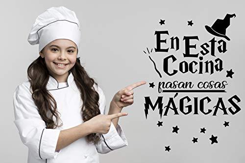 Vinilo Pared En esta Cocina pasan cosas mágicas. Vinilo divertido para la cocina o puertas, cristales, azulejos, regalo decorativo (NEGRO)