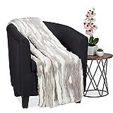 Relaxdays Kuscheldecke in Felloptik, warme und weiche Couchdecke aus Webpelz, waschbar, Flauschdecke, 150x200cm, grau-weiß