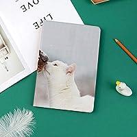 新しい ipad pro 11 2018 ケース スリムフィット シンプル 高級品質 防止 二つ折 開閉式 防衝撃デザイン 超軽量&超薄型 全面保護型 iPad Pro (11 インチ)アイルランドのセッターと雪の中でかわいい白猫一緒に遊んで友情愛装飾装飾