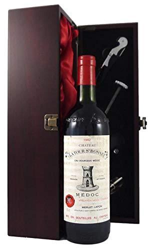 Chateau La Tour St Bonnet 1982 Medoc en una caja de regalo forrada de seda con cuatro accesorios de vino, 1 x 750ml