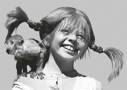 Postkarte A6 +++ PIPPI LANGSTRUMPF von modern times +++ PL PIPPI MIT HERRN NILSSON SCHWARZ-WEISS +++ KARTENKOMBINAT © Saltkråkan AB & AB Svensk Filmind