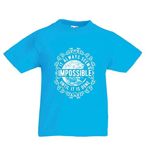 lepni.me Kinder Jungen/Mädchen T-Shirt Gib Niemals auf - es scheint Immer unmöglich, bis es getan ist, motivierend - inspirierende Zitate (5-6 Years Hellblau Mehrfarben)
