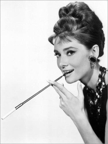 Posterlounge Cuadro de PVC 30 x 40 cm: Audrey Hepburn with Cigarette Holder de Bridgeman Images