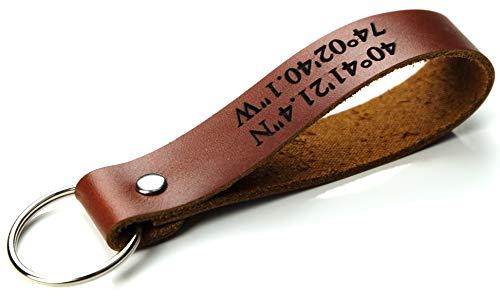 Schlüsselanhänger aus Leder mit Gravur individuell GPS Koordinaten, Geschenk für Mann Frau Freund Freundin Geburtstag Jahrestag Voll-Rindsleder braun