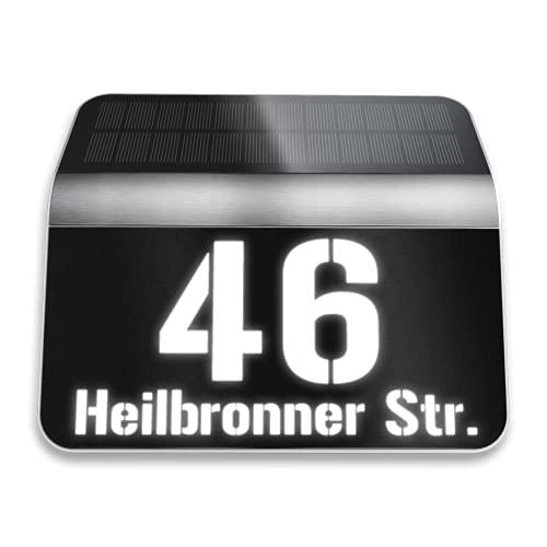 Metzler Hausnummer mit Solar Beleuchtung in Schwarz - LED beleuchtete Hausnummer mit Dämmerungssensor - Inkl. Hausnummer und Straße - Schwarz, Größe: 22,7 x 24,2 cm