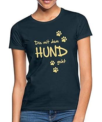 Die mit dem Hund geht. Man muss ja nicht gleich mit dem Wolf tanzen. Witziges Spruch-Design mit Hundepfoten-Abdrücken. Perfekt für alle, die ihren Hund oder ihre Hunde gern ausführen und mit ihnen Gassi gehen. Shirt fällt klein aus, daher bitte eine ...