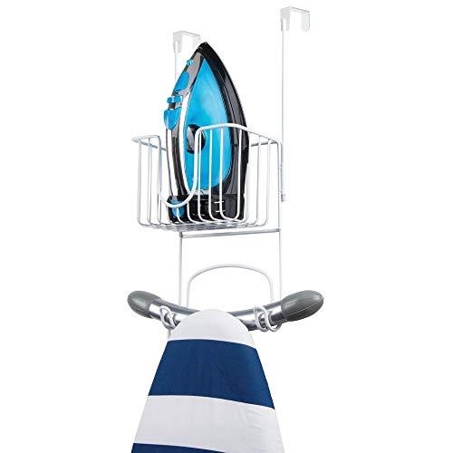 mDesign Soporte sin taladro para tabla de planchar – Útil colgador de puerta para planchador con cesta para plancha de ropa y detergentes – Práctico soporte para plancha en acero inoxidable – blanco