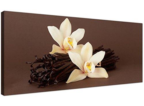 Imagen grande sobre lienzo de color marrón y crema con orquídeas blancas y vainas de vainilla...
