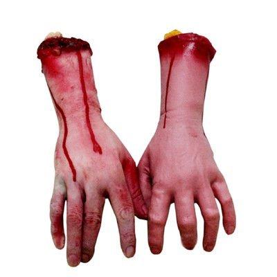 Faux bras, mains et doigts humains ensanglantés, morceaux de