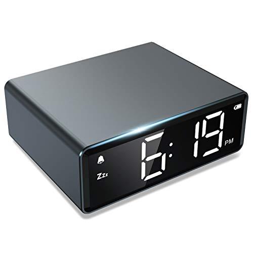 NOKLEAD Digitaler Wecker- 4 Helligkeit LED Digitaluhr mit Alarm Snooze 12/24H, Dual Adapter und Batterie betrieben, einfache Bedienung, kleine Metalluhr für Schlafzimmer Reise Büro (Space Grey)
