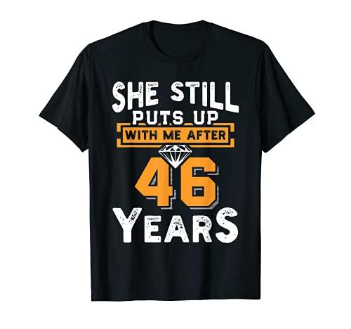 Ella todavía se pone conmigo después de 46 años aniversario de boda Camiseta