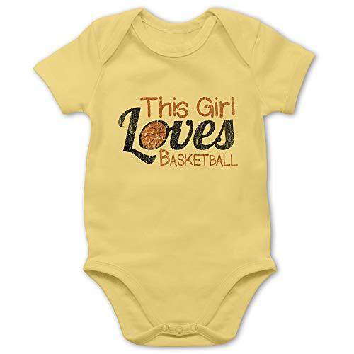 Basketball - This Girl Loves Basketball - Vintage Look - 1/3 Monate - Hellgelb - Baby Strampler Basketball - BZ10 - Baby Kurzarm Body Strampler