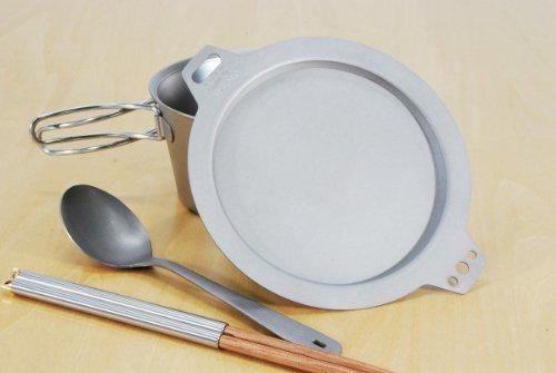 重さわずか35g。シェラカップ(ベルモント)用のチタン製のフタです。炊飯などに便利。お皿やまな板代わりにも使えます。(画像のフタ外の付属品はイメージです)