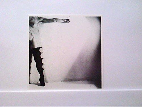 AK Erotik, Kunst, Akt, Frau vor einer Wand, in langen Stiefeln, Künstler Unbekannt, Ungelaufen.