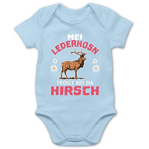 Shirtracer Oktoberfest & Wiesn Baby - MEI Lederhosn trogt no da Hirsch - weiß/rot - 6/12 Monate - Babyblau - Baby Body MEI Lederhosen - BZ10 - Baby Body Kurzarm für Jungen und Mädchen
