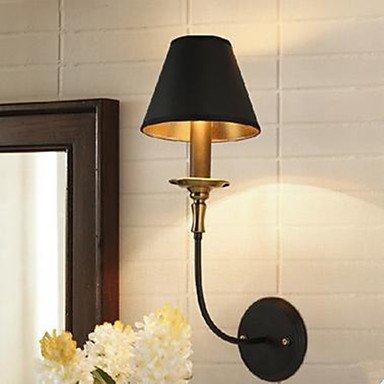 La restauración de antiguas formas es la cabeza de la cama en el dormitorio la lámpara colgante, lámpara de pared de hierro forjado.