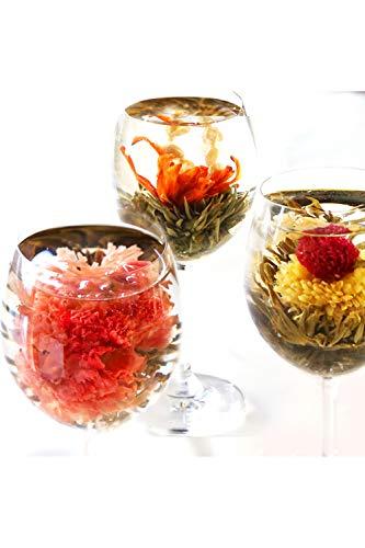 お湯の中できれいに花を咲かせるカーネーションや菊。実はこれは「工芸茶」と呼ばれる中国茶の一種なんです。