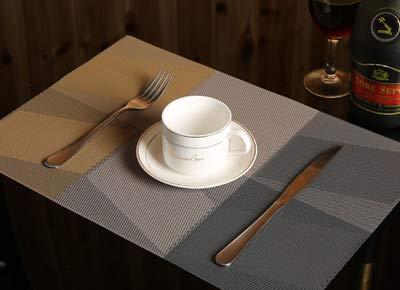 Abizoe Set di 4 tovagliette in PVC tessuto resistente al calore, antiscivolo, impermeabili, per tavolo da pranzo, lavabili e facili da pulire (marrone scuro)