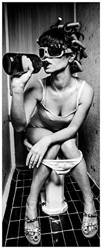Wallario Glasbild Kloparty - Sexy Frau auf Toilette mit Weinflasche - 32 x 80 cm in Premium-Qualität: Brillante Farben, freischwebende Optik
