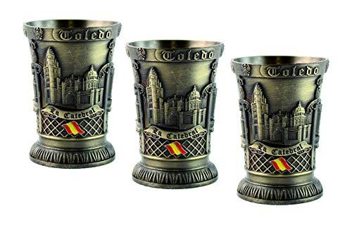Chupitos Toledo en metal, en acabado bronce envejecido, con reproducción de los monumentos más emblemáticos de Toledo, La Catedral, El Alcazar, Puerta Bisagra. Altura 5,9 cm. Pack de 3 uds.