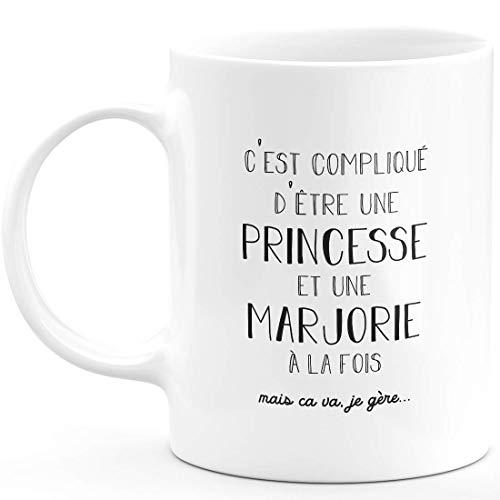 Taza de regalo Marjorie – complicada de ser una princesa y una Marjorie – Regalo personalizado para nombre de cumpleaños, mujer, Navidad, salida del colega, cerámica – blanco