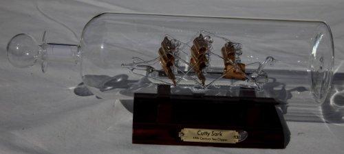 Impresionante maqueta del Cutty Sark en una botella de cristal.
